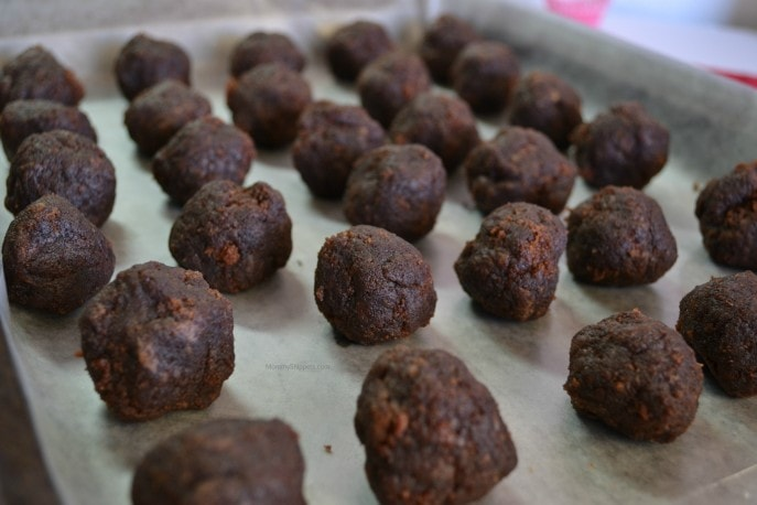 How to make the best cake balls- MommySnippets.com (3 ingredient cookie butter cake balls recipe) (2)