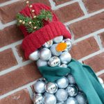 How to make an easy Snowman Wall Decoration with Christmas Ornaments