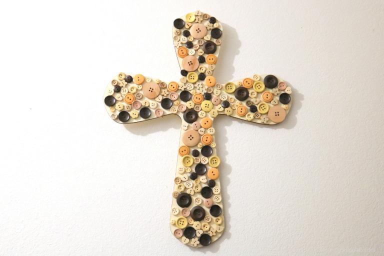 DIY Inspirational decor: How to make a beautiful Button Cross
